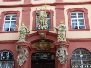 Statuen am ehemaligen Bögner-Haus in TBB (Foto: R. Gerhards)